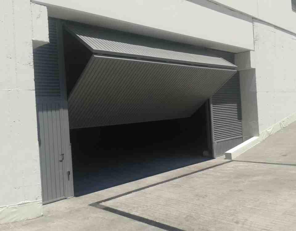 instalacion reparacion puertas de parking 960x750 - Mantenimiento y reparación de puertas automáticas de parking