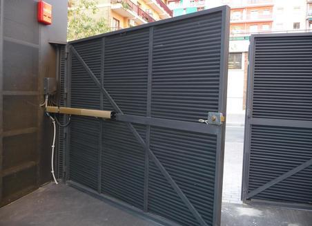 puerta de garaje batientes1 - Instalar y reparar tecnico puerta de garaje batientes en Barcelona, Valencia y Alicante