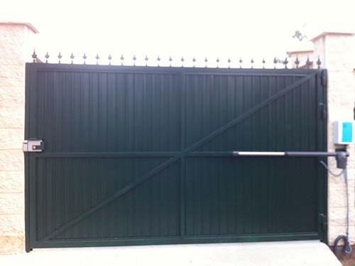 puerta de garaje batientes2 - Instalar y reparar tecnico puerta de garaje batientes en Barcelona, Valencia y Alicante