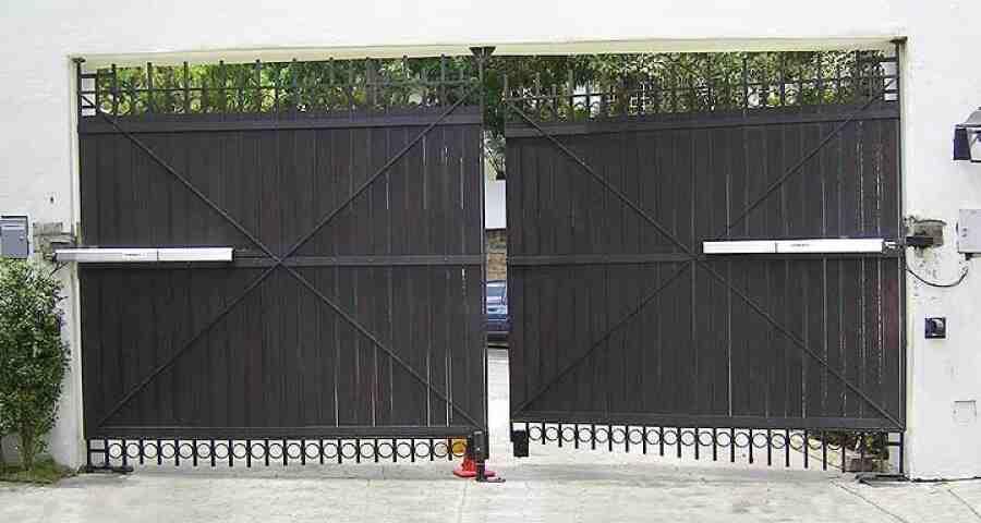 tecnico puerta batiente 900x480 - Instalar y reparar tecnico puerta de garaje batientes en Barcelona, Valencia y Alicante